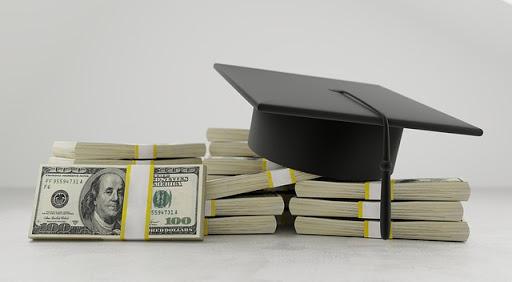 札束と卒業の帽子