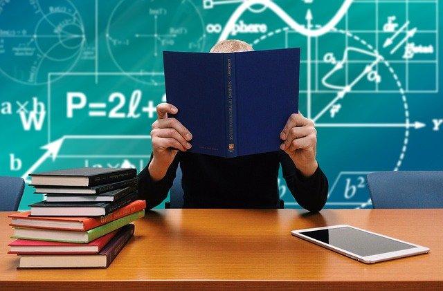 教室、積まれた本