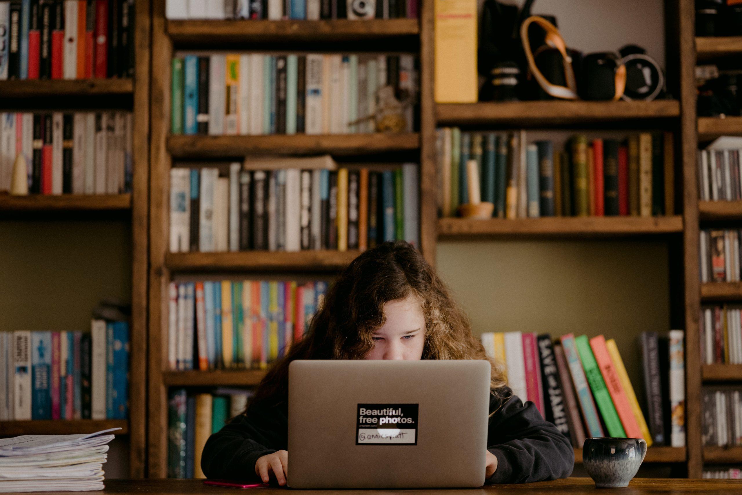 大学オンライン授業 ノートパソコンに向かう女の子